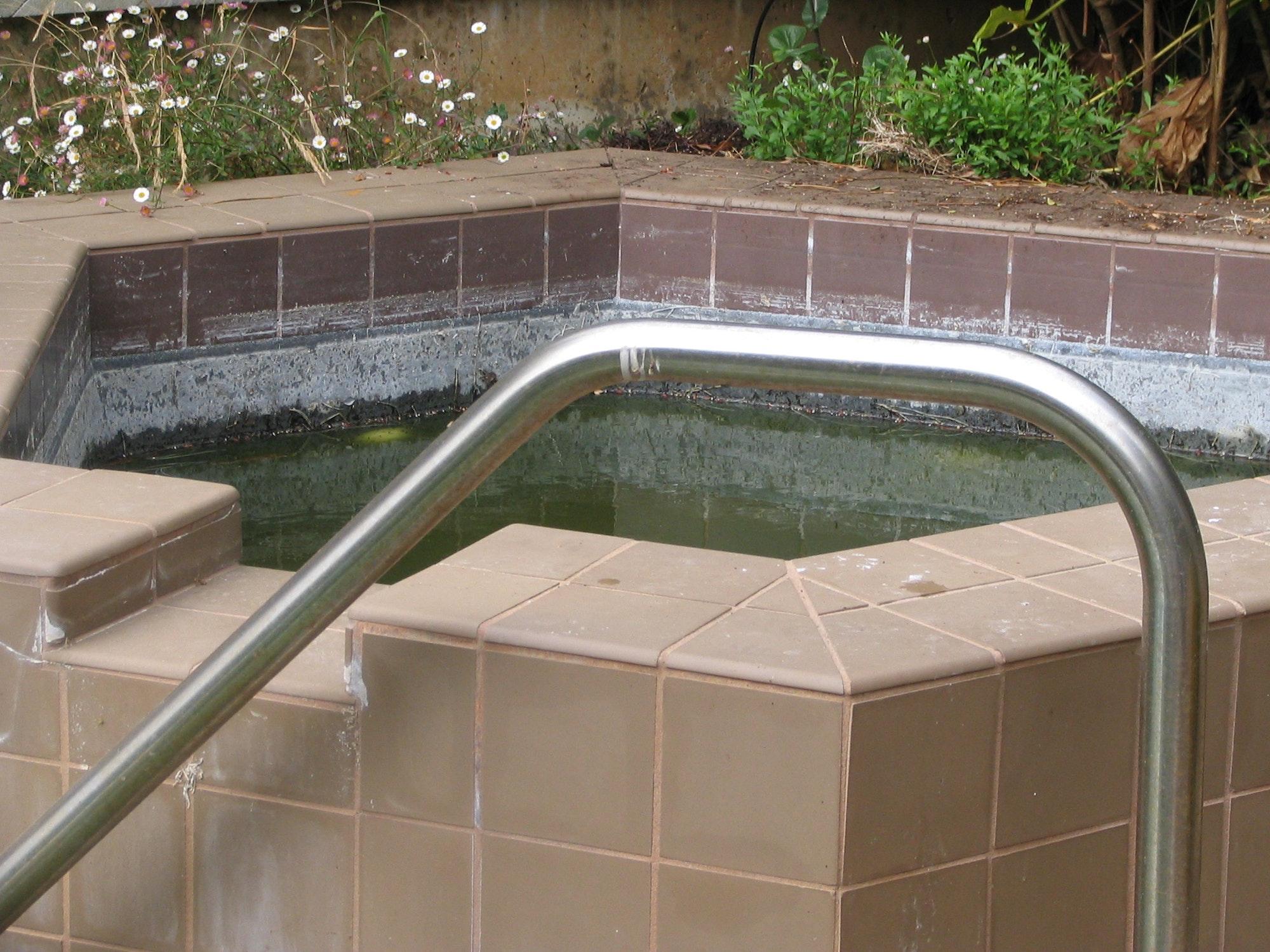 May contain: tub
