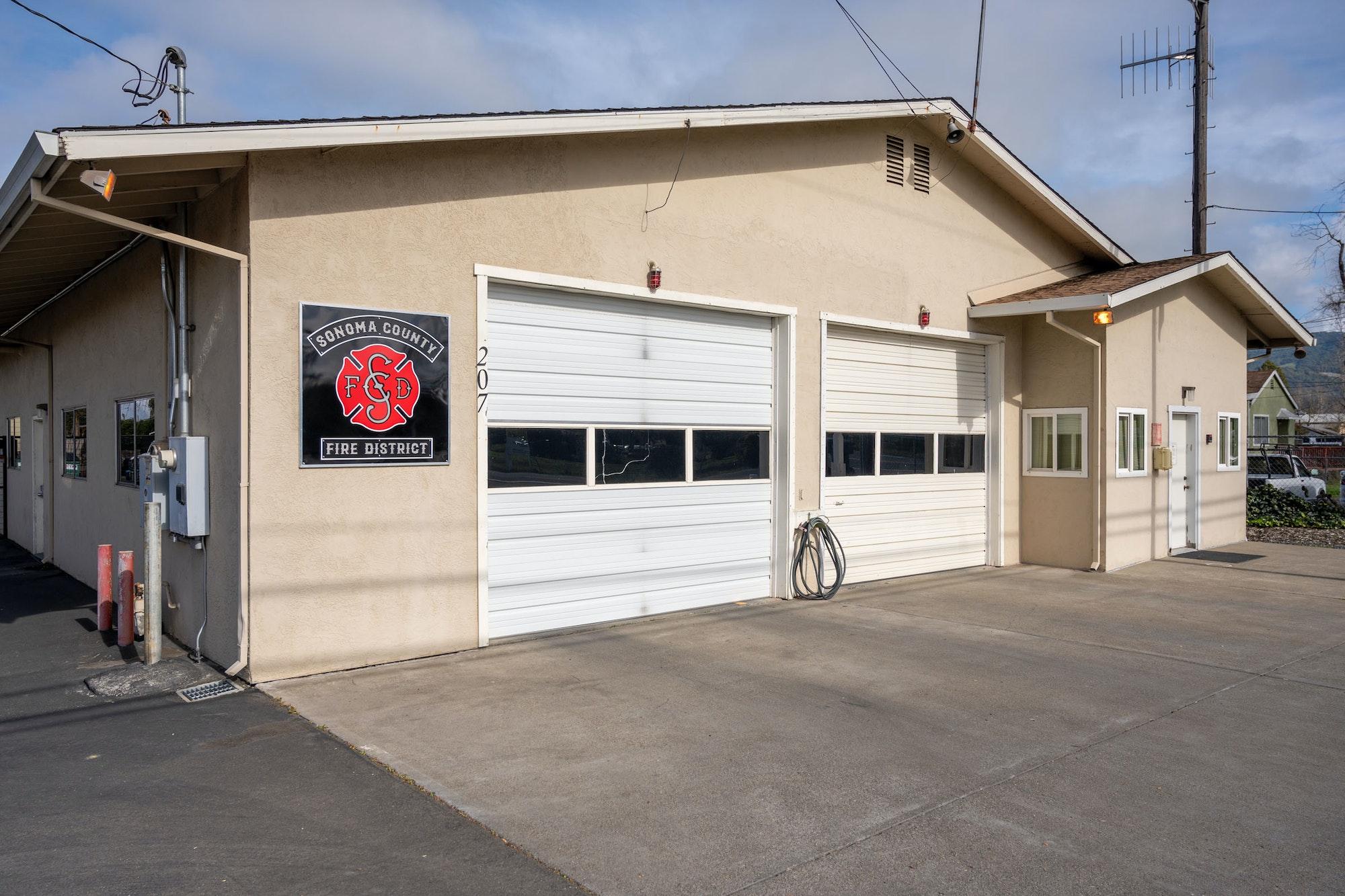 May contain: garage
