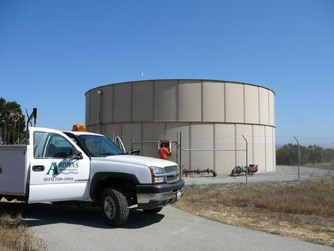Water tank and District vehicle
