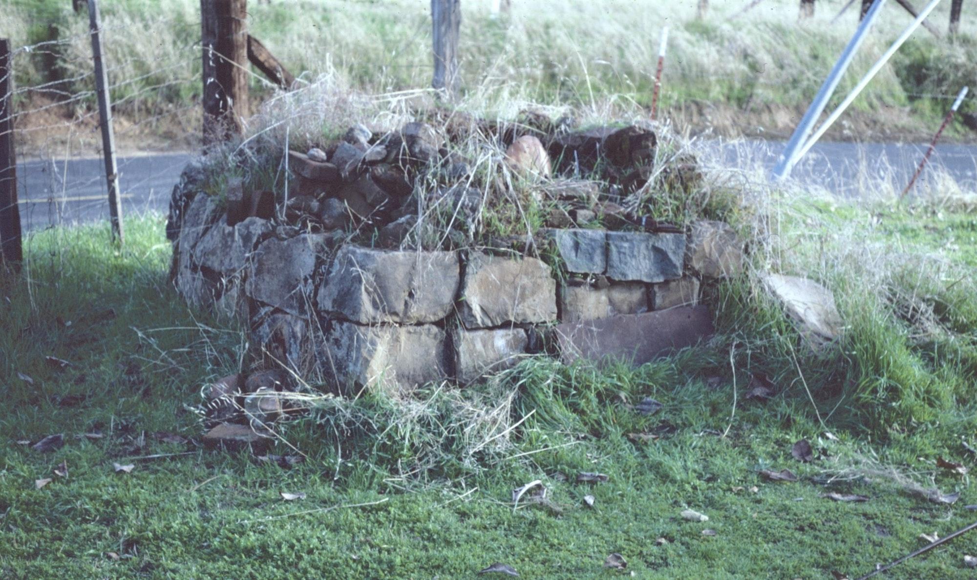 May contain: wall